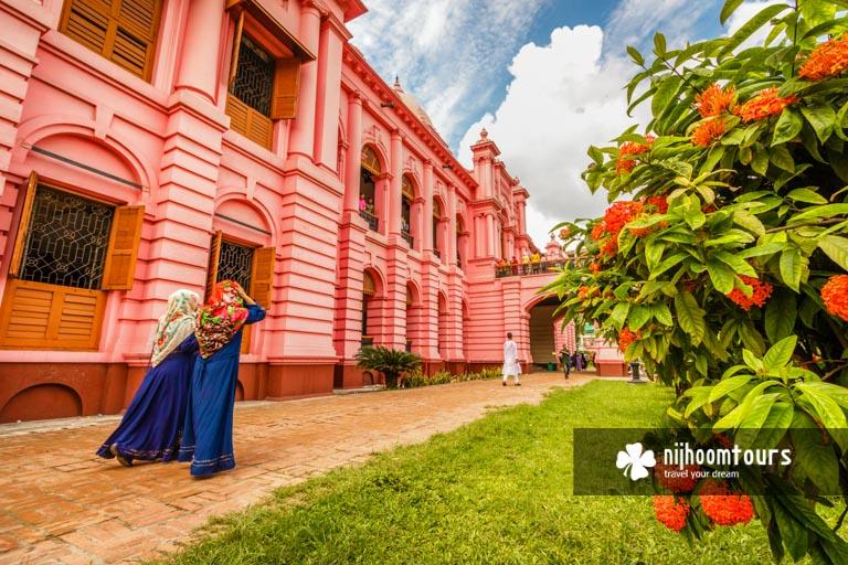 Photo of visitors at Ahsan Manzil (Pink Palace) in Old Dhaka