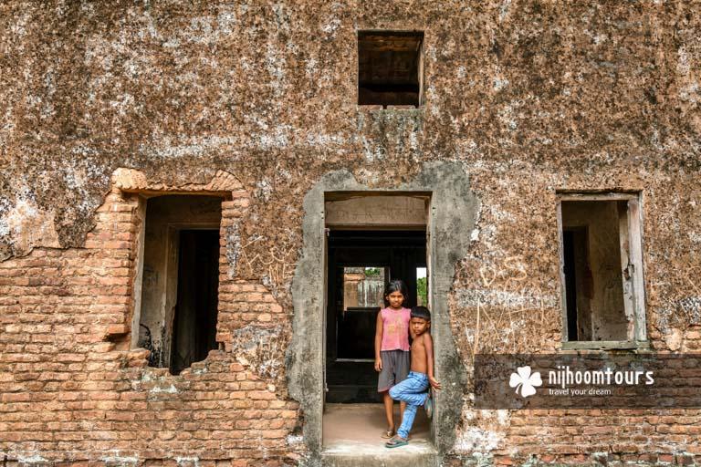 Local kids in abandoned city Panam Nagar